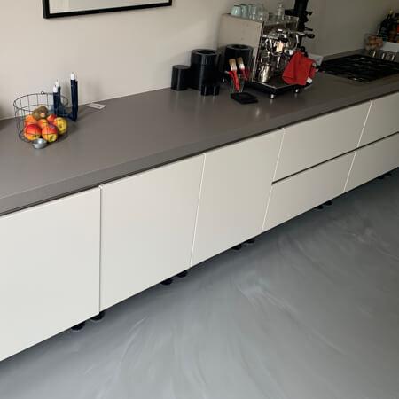 Betonlook gietvloer in een keuken